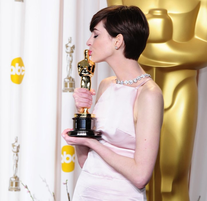Anne Hathaway, winner of the best supporting actress Oscar